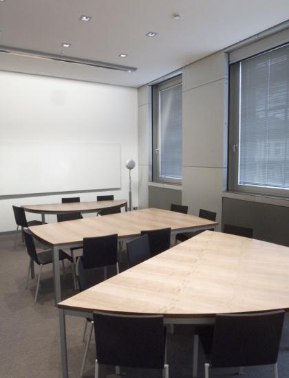 Teilbare, eiförmige Konferenztischanlagen, @ Florian Kleinefenn